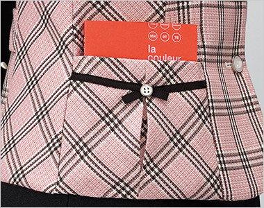 テープ&ボタン使いでスッキリ可愛い印象に。ポケットの中に物をたくさん入れても外側に響きません。