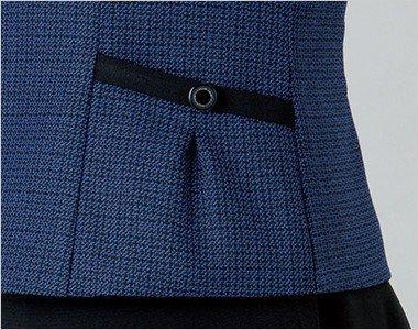 黒ボタンと黒パイピングでスタイリッシュさをアップした収納力豊富な両脇タックポケット