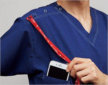 右肩に携帯電話のストラップを結びつけられるループ付きで、首にストラップをかけずに携帯電話を持ち運びできます。