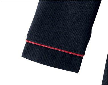 赤いパイピングが引き立つ袖口