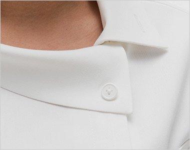 ボタンを外してアンバランスでオシャレな襟元