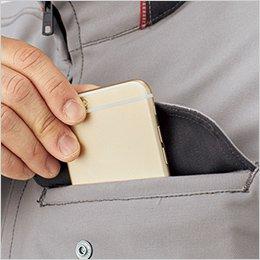 左胸ポケットはスマートフォンなどを収納しやすい二重構造