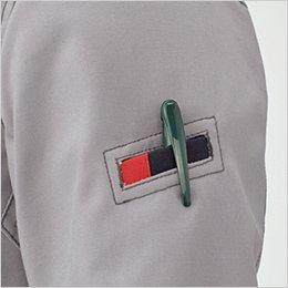 左袖のペンポケットは、耐久性を高める片玉縁仕上げ