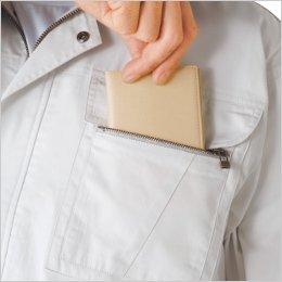 左胸ポケットはファスナーポケット付き