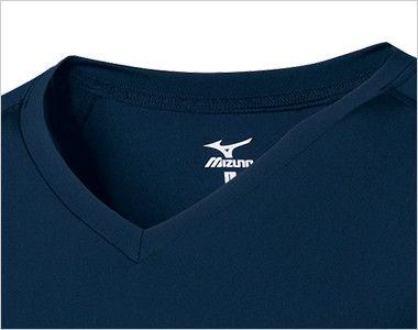 MZ-0135 ミズノ(mizuno) アンダーウェア(男性用)スクラブインナー七分袖 スクラブの襟ぐりから見えにくいVネックタイプ かがんだ時も胸元が見えにくいフィット感です。