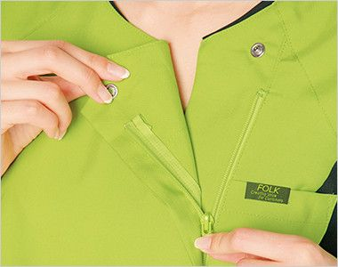7014SC FOLK(フォーク) レディス ジップスクラブ(女性用) 着脱しやすい羽織って着るジップタイプ。メイクなどが付きにくいのも特徴です。