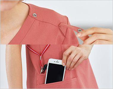 7071SC FOLK(フォーク)×Dickies レディススクラブ 左肩に携帯電話のストラップを結びつけられるスナップ式ループ付きなので、首にストラップをかけずに携帯電話を持ち運びできます。ストラップのたすき掛けにも便利です。