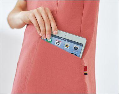 7071SC FOLK(フォーク)×Dickies レディススクラブ タブレットサイズのポケット 持ち運びに便利なタブレットが入るサイズの左右ポケット付き。左ポケットにはディッキーズカラーのピスネームが付いています。