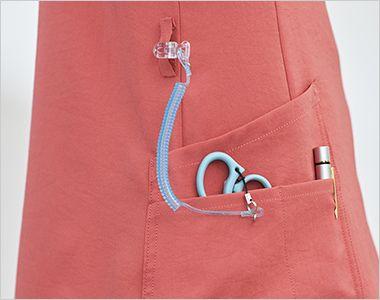 7071SC FOLK(フォーク)×Dickies レディススクラブ 便利なループ付きの右腰の小分けポケットは、サージカルテープやはさみなど小物類の収納に。左腰にもポケット付き。