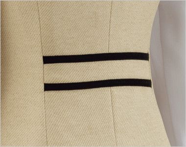 en joie(アンジョア) 11520 [通年]かっちり&かわいいベージュ×黒の気品漂うベスト 無地 背面の腰部分は黒でデザインアクセント