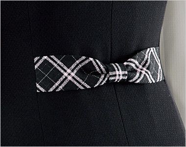 en joie(アンジョア) 11620 [通年]フラップポケットがアクセントの無地ベスト リボンデザインで後ろ姿まですっきりかわいい背ベルト