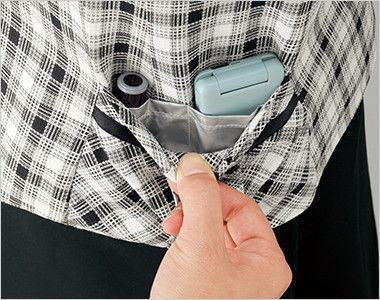 en joie(アンジョア) 16320 [春夏用]白ベースの爽やかチェック柄のベスト 右脇ポケットだけ、携帯・印鑑ポケット|左脇ポケットはシンプル