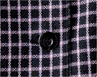 en joie(アンジョア) 26255 広めのラウンドネックで夏も涼しいチェック柄オーバーブラウス 光沢のある黒ボタン