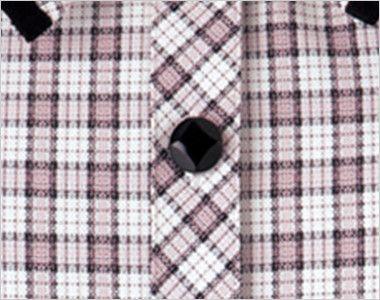 en joie(アンジョア) 26350 [春夏用]リボンモチーフの襟が大人かわいいチェック柄のオーバーブラウス ダイヤのマークがアクセントの黒いボタン