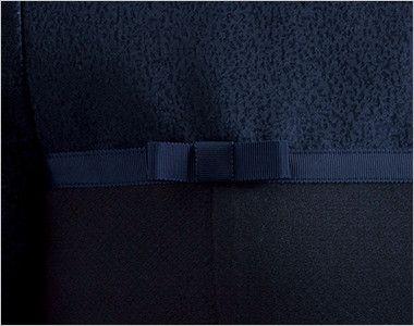 en joie(アンジョア) 41720 [通年]モザイク調の繊細なジャガード×シワになりにくいプルオーバートップス 生地と同色のグログランテープで、ほんのり甘いディテールのリボンをアクセントに。