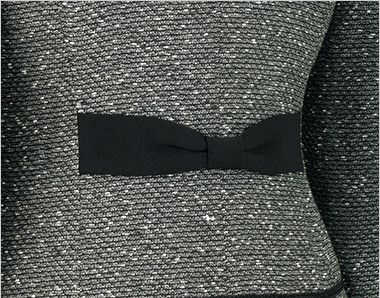 en joie(アンジョア) 81680 [通年]上品なミックスツイードで優しい印象のノーカラージャケット ブラックのリボンのようで後ろ姿もキュートに