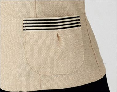 en joie(アンジョア) 86370 [春夏用]モダンなボーダー×ミルクティーのような色合いのサマージャケット(ブローチ付) ボーダーデザインのタックポケット付き