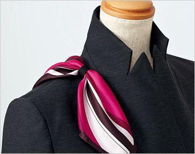 EAJ586 enjoy [通年]ジャケット 無地 スカーフループ®衿もとにスカーフのズレを防ぐループが付いています。ワンタッチで形が決まります。