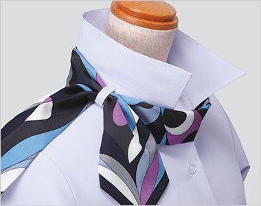 ESB442 enjoy オールシーズン気持ちいい!体温調節機能で快適な半袖ブラウス 衿もとにスカーフのズレを防ぐループが付いています。ワンタッチで形が決まります。