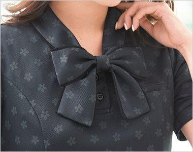 ESP558 enjoy [春夏用]上品でスウィート!オフィスが華やぐ花柄マジック オフィスポロシャツ モノグラム 衿もとにスカーフのズレを防ぐループが付いています。ワンタッチで形が決まります。