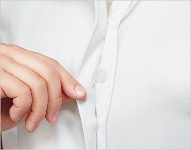 ENJOY EWB595 [通年]シルクのような光沢でふんわりと柔らかな肌触りの長袖ブラウス 胸元に内掛けのバストケアボタンを採用。ボタンの隙間から下着が見えるのを防ぐ、うれしい工夫です。