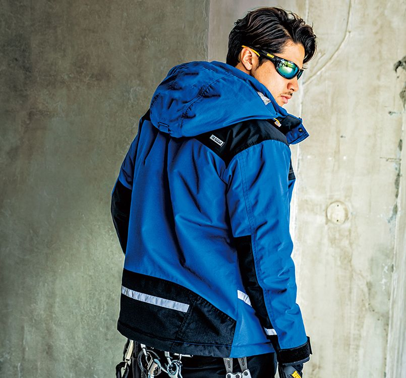 バートル バートル 7610 [秋冬用]防水防寒ジャケット(男女兼用) 11-7610 防水防寒ジャケット(大型フード付)(ユニセックス) モデル着用雰囲気2