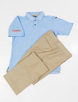 ボディラインにフィットする「シュッ」としたポロシャツと、かっこよさと動きやすさを兼ね備えたストレッチパンツ
