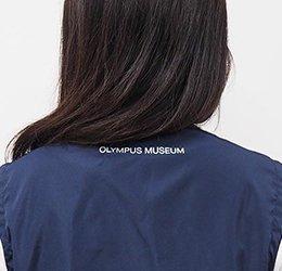 後ろ衿下に「オリンパスミュージアム」のロゴをさりげなく