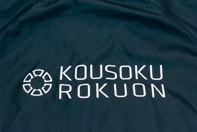 背面はビシッと社名を主張する大きなロゴ
