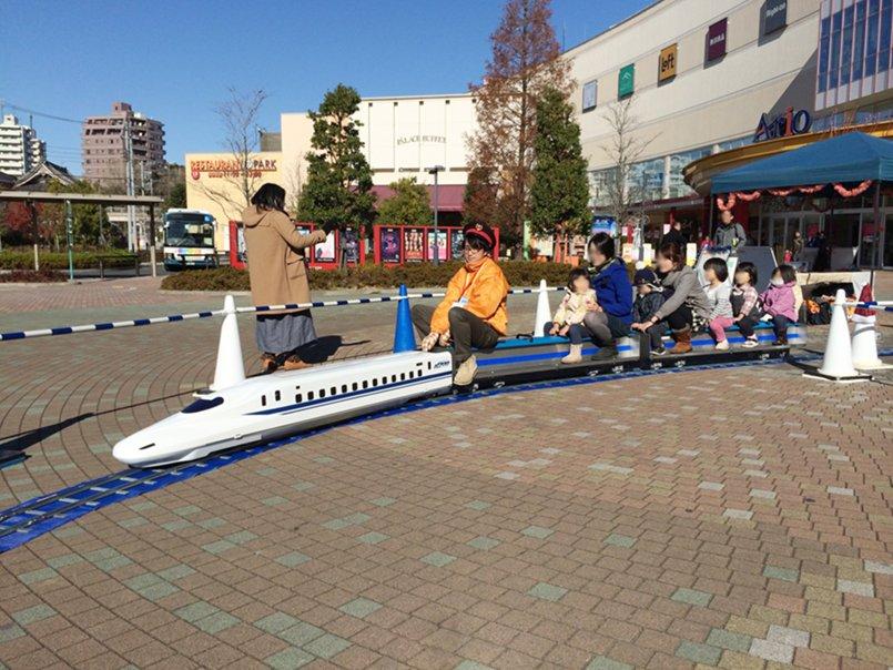 お子様もお父さんもお母さんも乗ることが出来るミニ新幹線