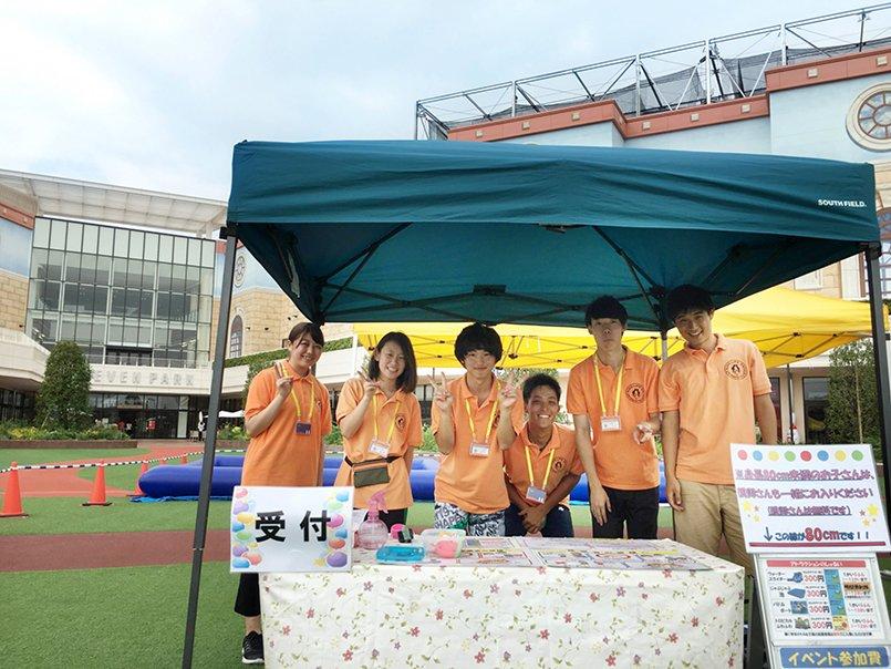 オレンジ色のポロシャツは、スタッフのトレードマークとしてお客様にも浸透