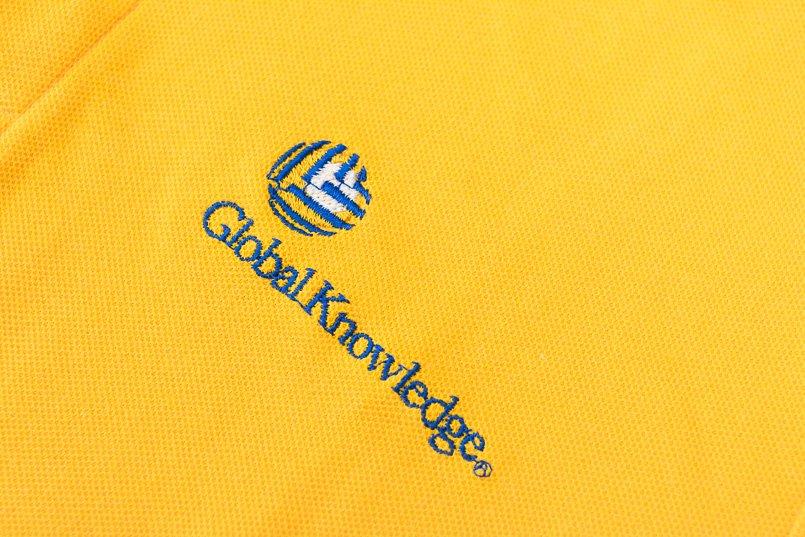高級感があってポロシャツの色にも映えるロゴ刺繍