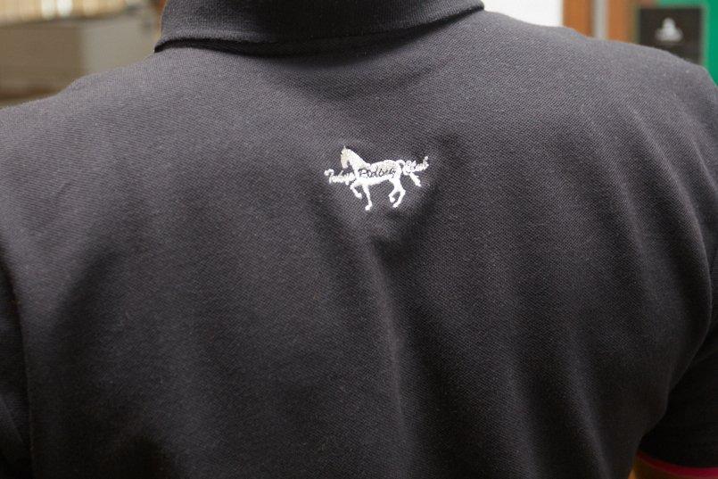 ネイビーのポロシャツに映える白の刺しゅう