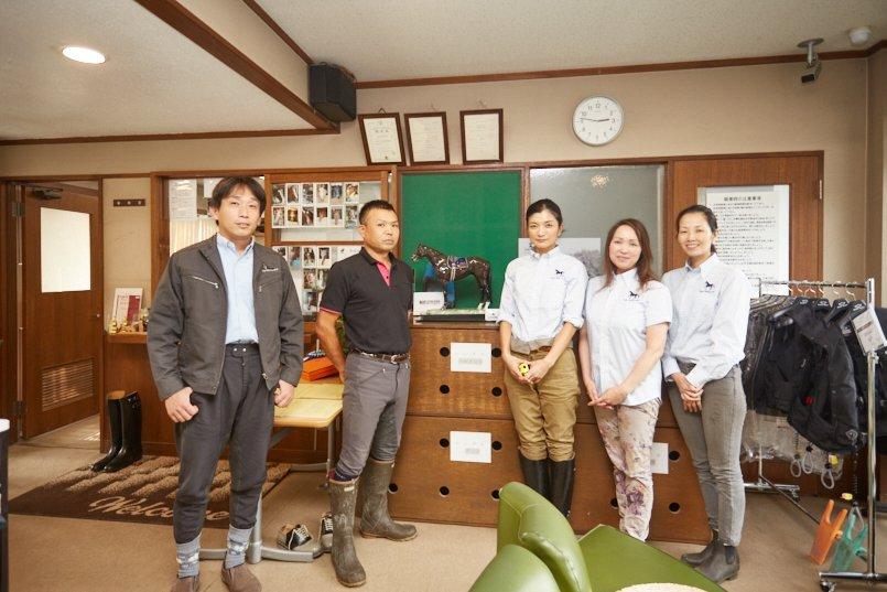 東京馬術大会協賛のリヤドロ社より提供された磁器製のディープインパクト像を囲んで