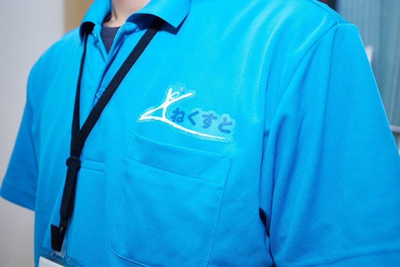 ドライポロシャツの左胸にはイラストと施設名称が入ったロゴマークをプリント