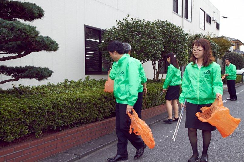 各支店の職員有志が率先して清掃活動に参加