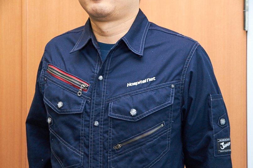 白と赤の社名ロゴがシャツのデザインにマッチ