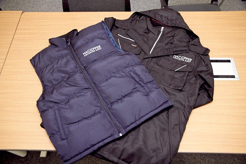 防寒タウンベストと防寒コートの左胸へロゴマークをプリント