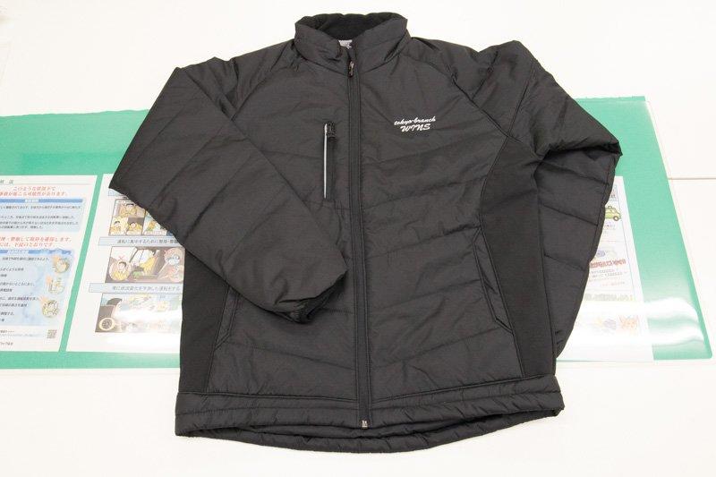 背面がマイクロフリースで軽く暖かいジャケットは、屋外作業にぴったり