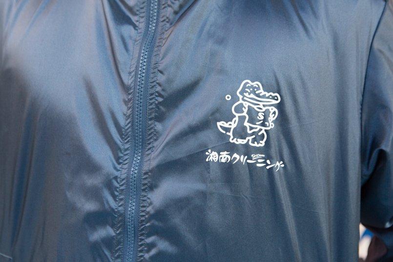 イベントブルゾンの左胸にマスコットのイラストと社名ロゴをプリント