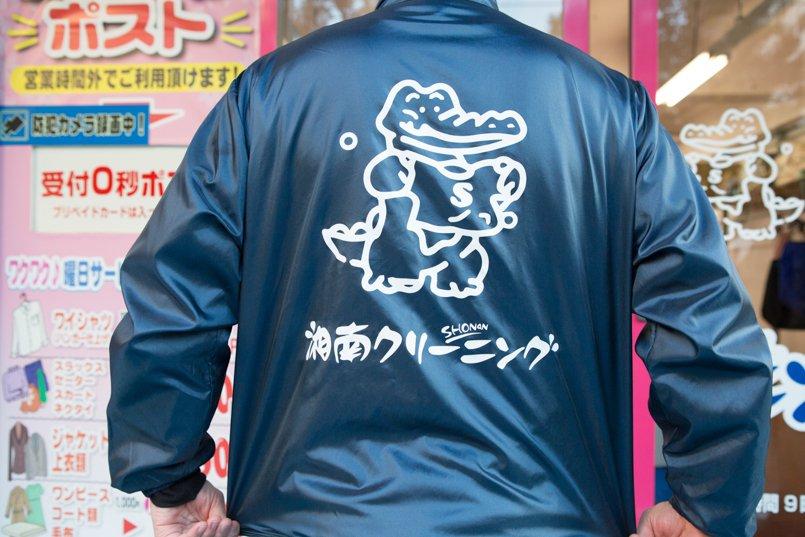 イベントブルゾンの背中にもマスコットのイラストと社名ロゴをプリント