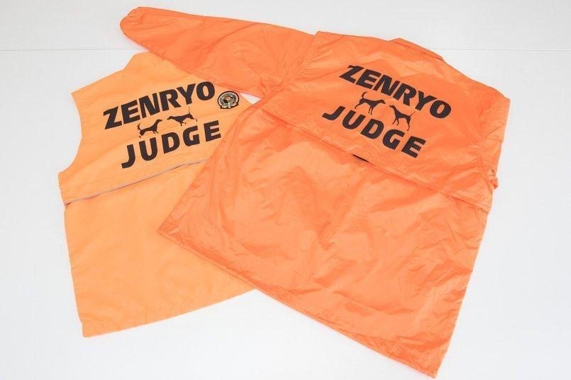 背中には審査員を表す「JUDGE」と全日本狩猟倶楽部の略称、英ポインターと英セターのトレードマークをプリント