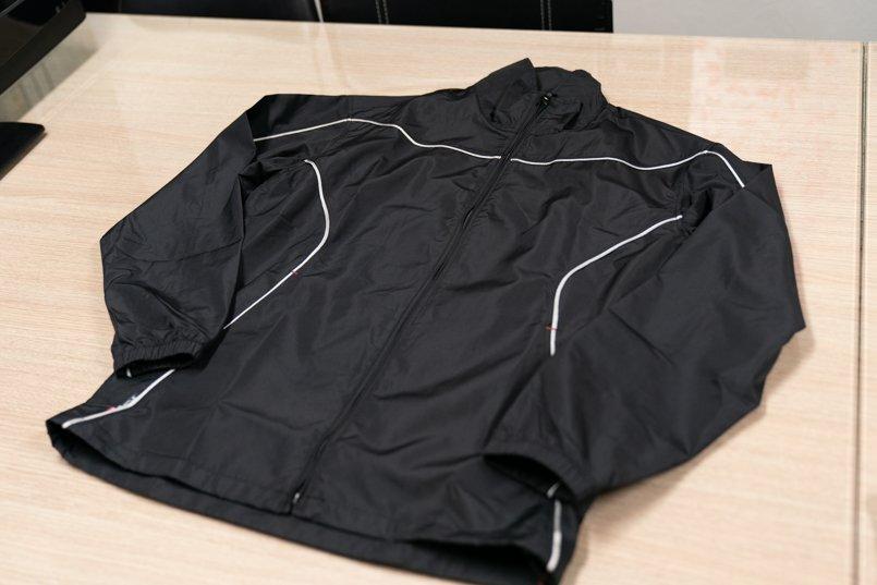 黒ベース×白パイピングがスタイリッシュなデザインの撥水ジャケットコート正面