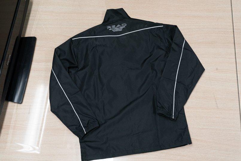 黒ベース×白パイピングがスタイリッシュなデザインの撥水ジャケットコート背面