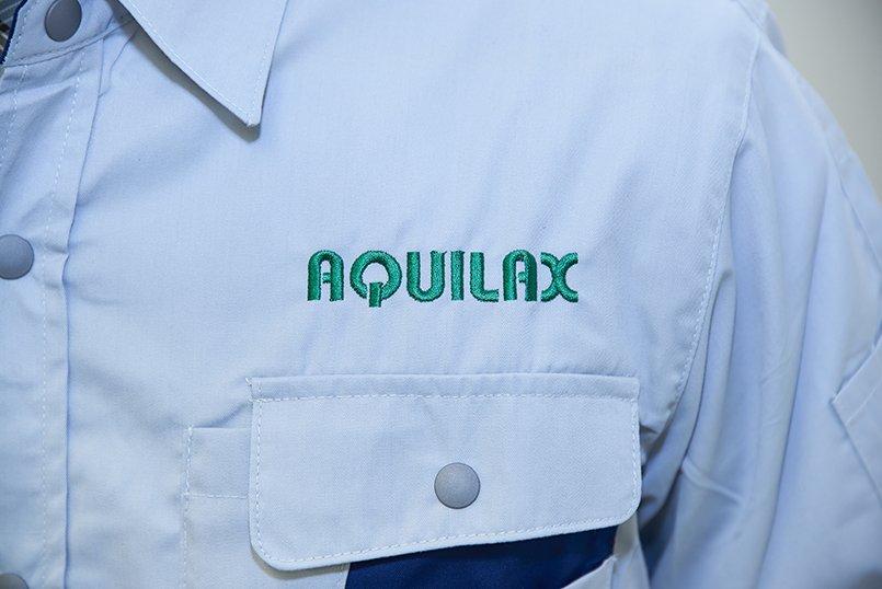 シャツの左胸にはグリーンでロゴを刺繍
