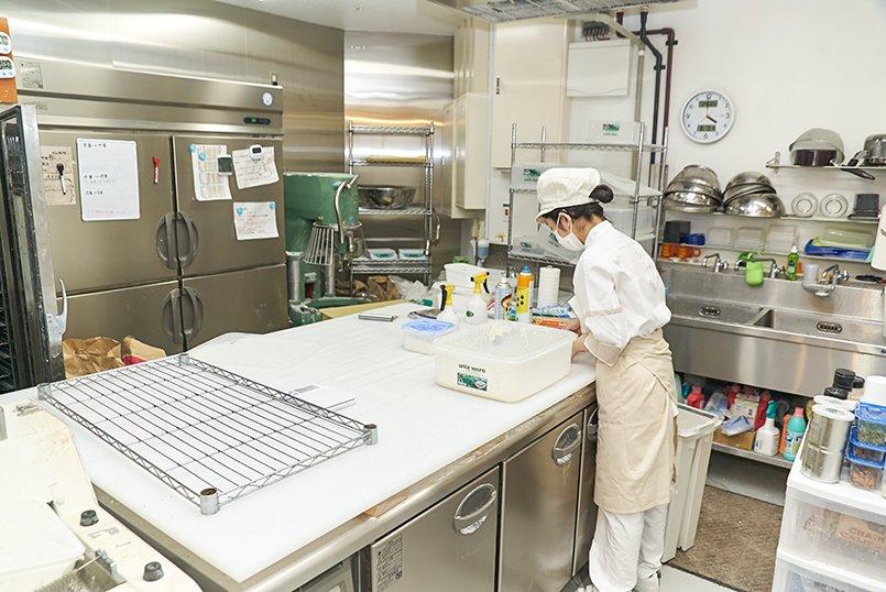 製造担当スタッフのユニフォームは清潔感あふれる厨房にマッチ