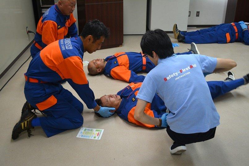 救助側、患者側に分かれて、症状に応じた実践的な技術を学ぶ