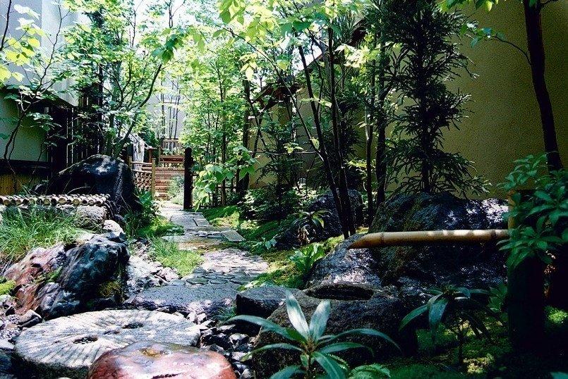 玄関脇の空きスペースを、存分に四季が感じられる庭に仕立てた事例