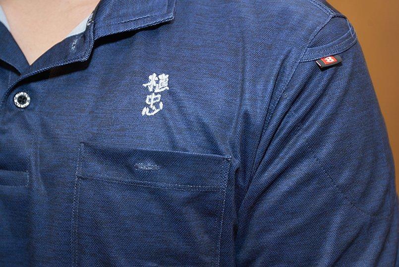 ポロシャツの左胸にロゴマークを刺繍