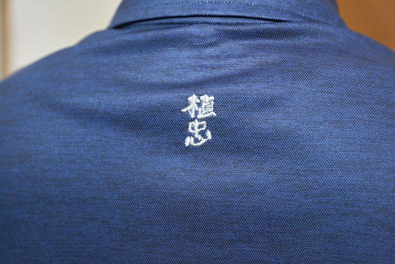 ポロシャツの後ろ襟下にロゴマークを刺繍